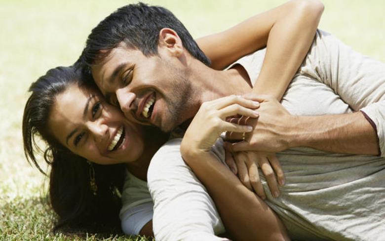 Счастливая пара на траве