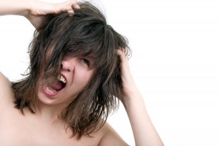 Девушка чешет свою голову