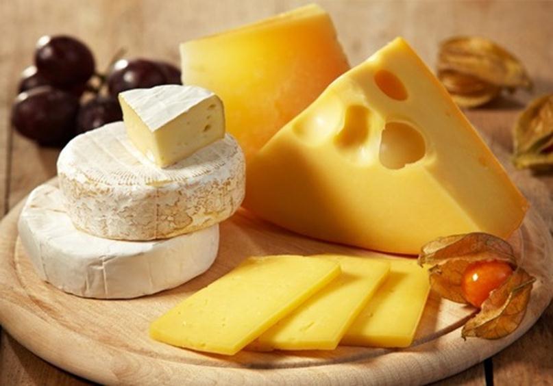 Твердые сорта сыра содержат много витаминов