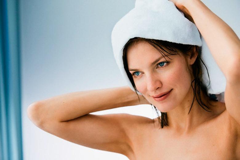Махровое полотенце на голове