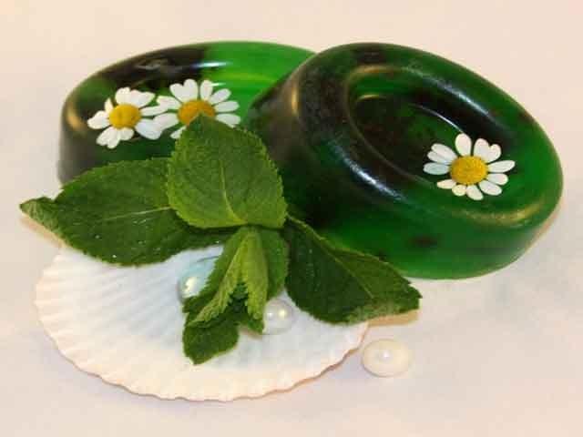 Мыло ручной работы с ромашкой и мятой