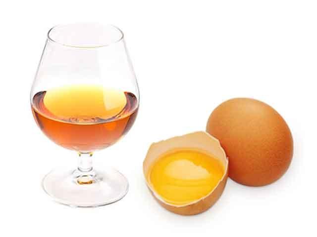 Алкогольный напиток и яйцо